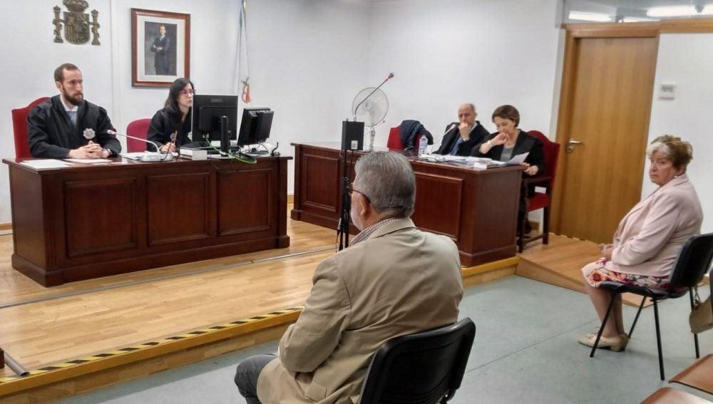 Laureano Oubiña y Carmen Avendaño en los juzgados.