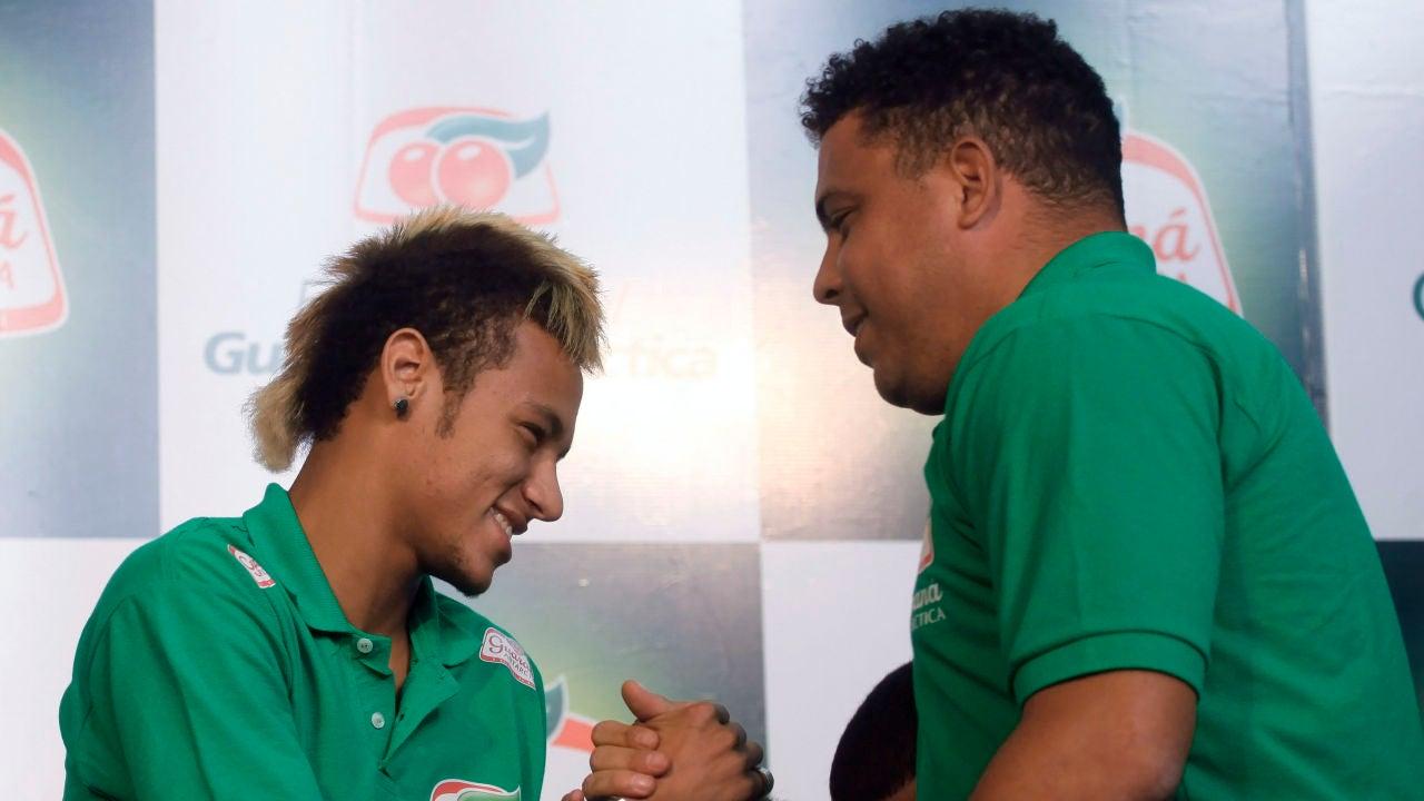 Neymar y Ronaldo se saludan durante un acto en 2011