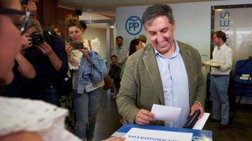 José Ramón García-Hernández vota en las primarias del PP