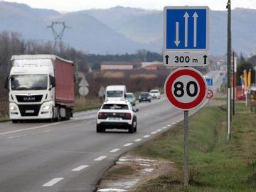Límite de velocidad de 80km/h.