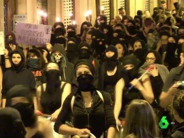 De negro, encapuchadas y con antorchas: las mujeres, en pie contra las agresiones machistas en Sanfermines