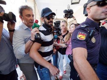 Guerrero, abogado de 'La Manada', a su llegada al juzgado de Sevilla