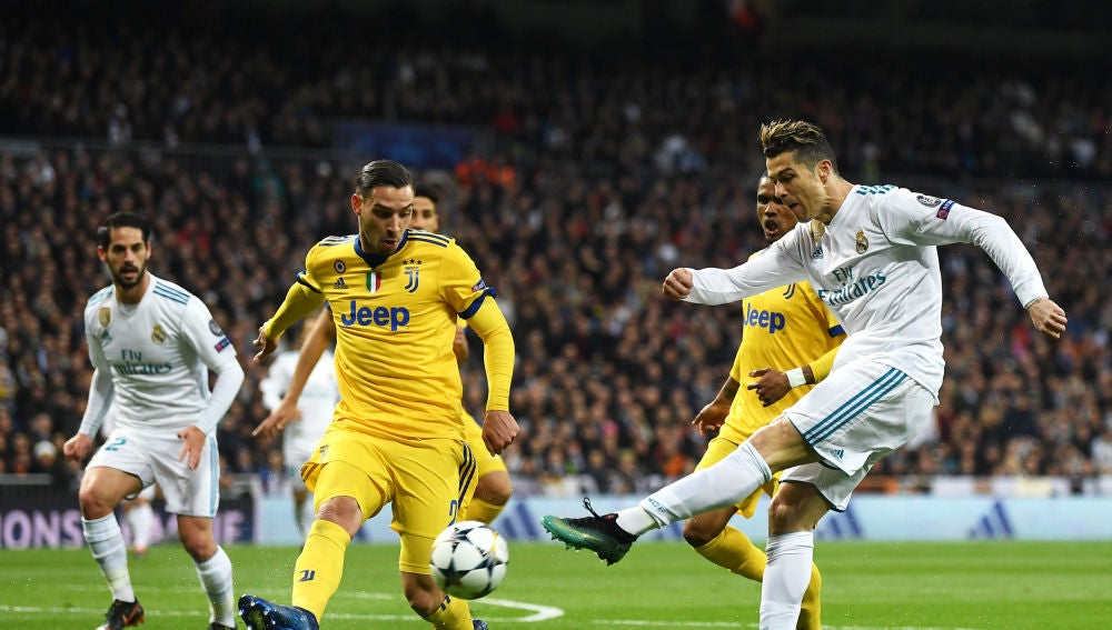 Cristiano Ronaldo dispara a puerta en un partido contra la Juventus