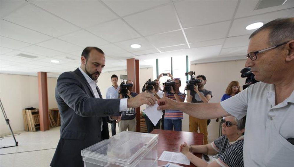 Elio Cabanes votando en las primarias del PP