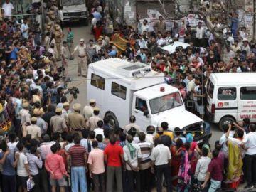 La policía recoge los once cadáveres de la vivienda