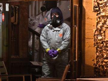 Imagen de archivo de un forense investigando el envenenamiento con Novichok del exespía ruso Skripal