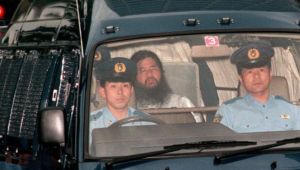 Imagen de archivo de Shoko Asahara siendo trasladado al Departamento de Policía Metropolitana de Tokio en 1995