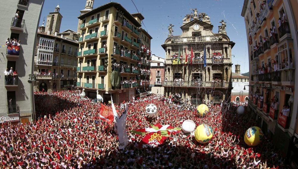Chupinazo en la plaza del Ayuntamiento de Pamplona