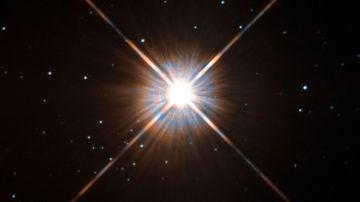 Secuencia de la superfulguración según las imágenes del telescopio Evryscope. En el momento máximo del fenómeno, Próxima Centauri aumenta unas setenta veces su brillo y puede ser visible a simple vista en lugares oscuros.