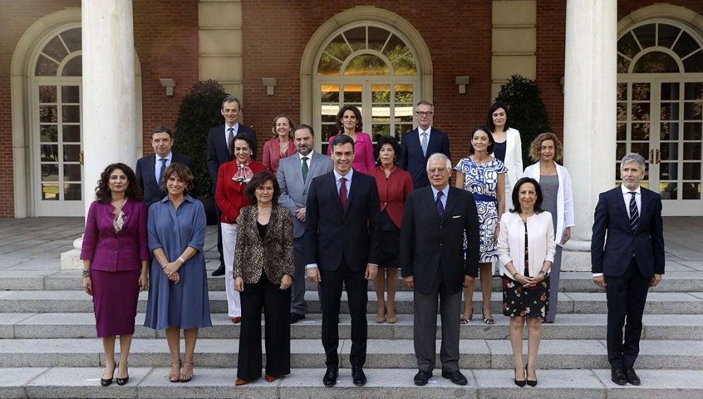 Pedro Sánchez preside en Moncloa la foto oficial de su Gobierno
