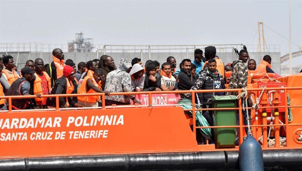 Llegada al puerto de Almería de algunas de las personas rescatadas en el mar de Alborán
