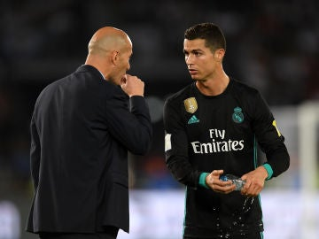 Cristiano Ronaldo habla con Zidane durante un partido del Real Madrid