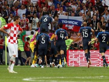 Los jugadores franceses celebran el 4-1, obra de Mbappé