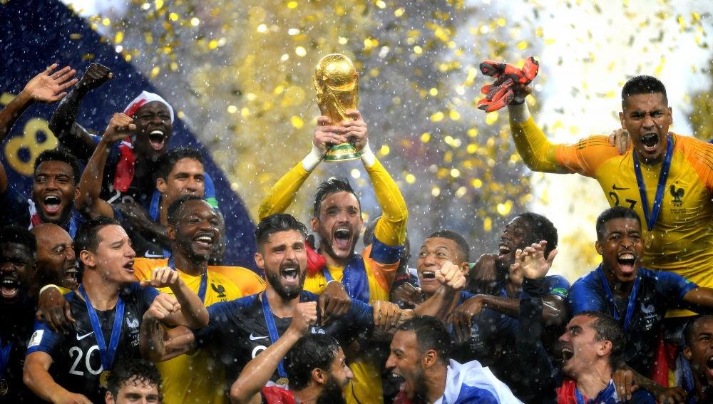 Lloris levanta la Copa del Mundo al cielo de Moscú