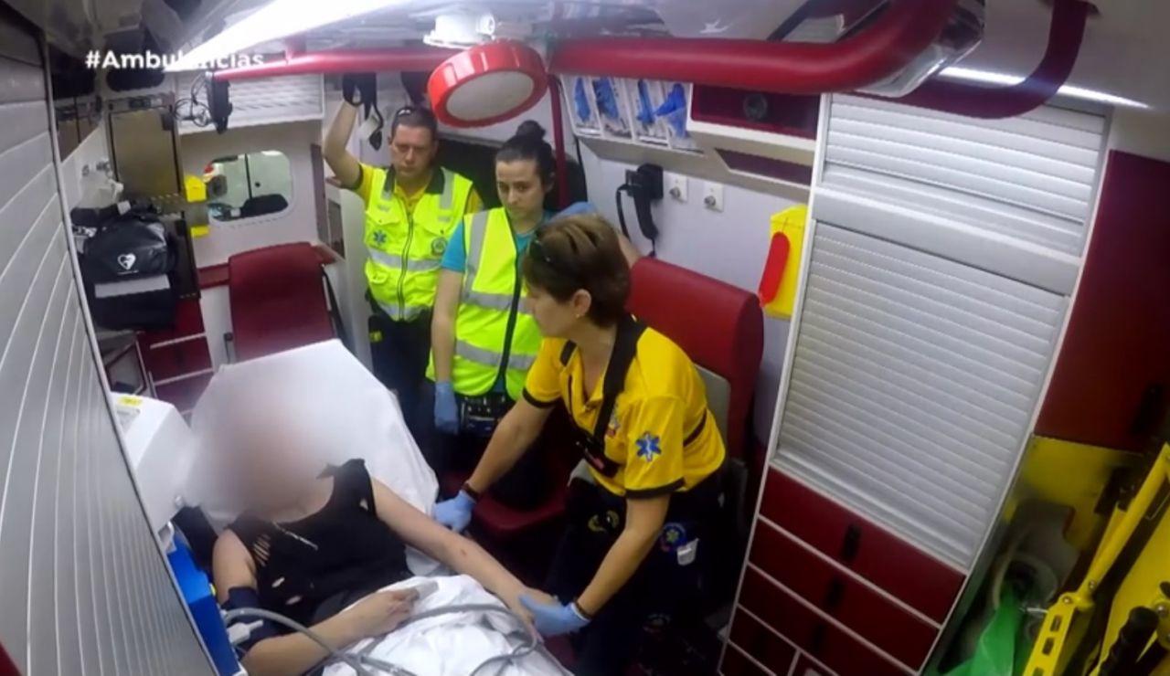 El equipo de 'Ambulancias' ayuda a una paciente
