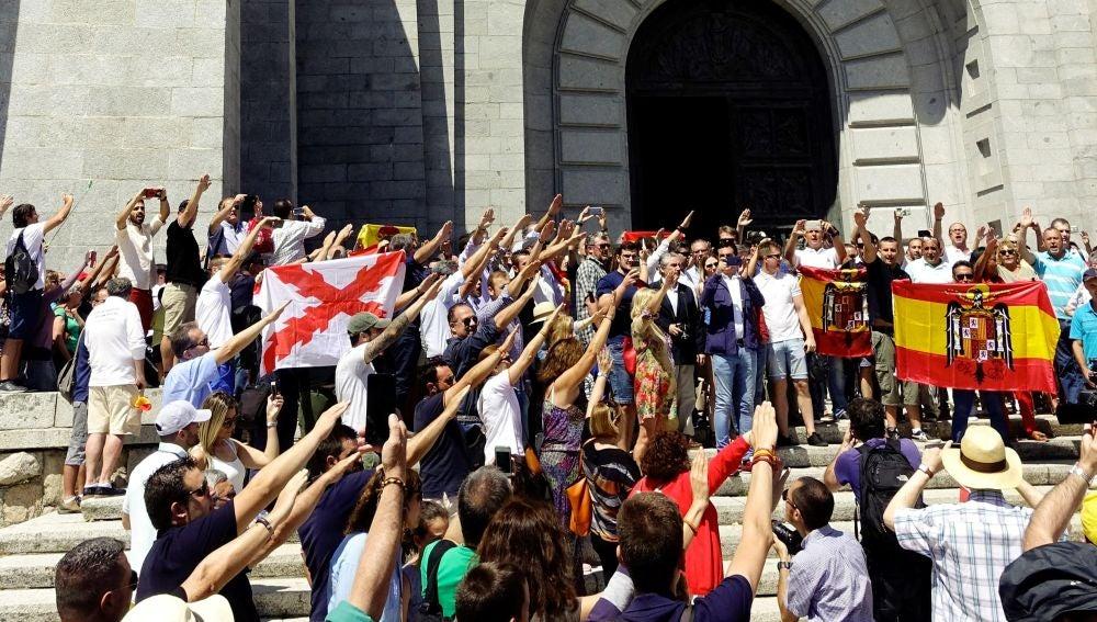 Se reúnen millones de fascistas para impedir que saquen a F. Franco del Valle de los Caídos