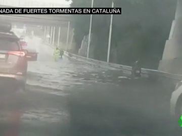 Una tromba de agua retrasa vuelos y colapsa carreteras en Cataluña