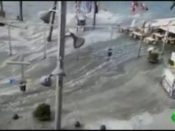 Un espectacular cambio brusco del nivel del mar inunda el puerto de Alcúdia