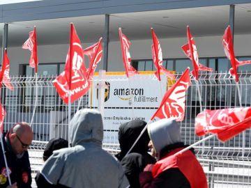 Trabajadores de Amazon protestan frente a la planta de San Fernando de Henares en la primera jornada de huelga