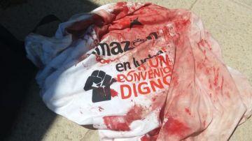 Camiseta con sangre tras las cargas policiales por la huelga de Amazon