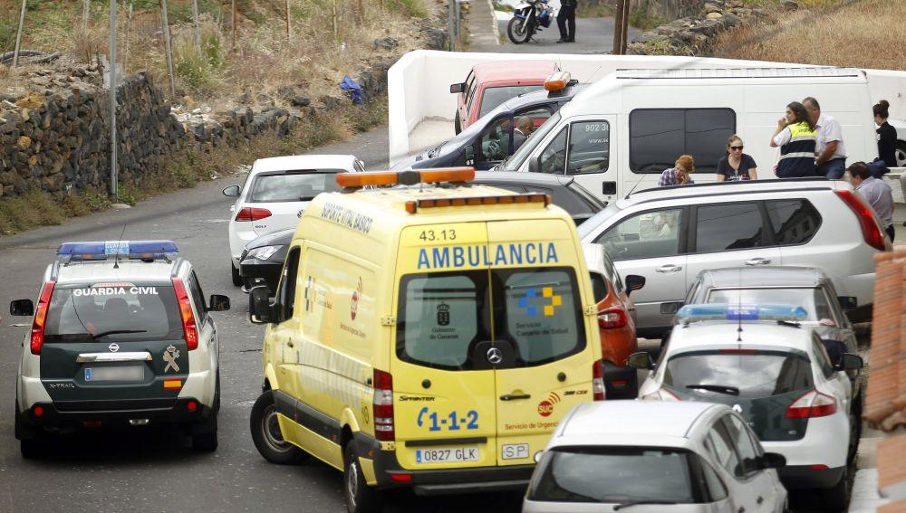 La Guardia Civil en las inmediaciones de la casa donde apareció la familia muerta