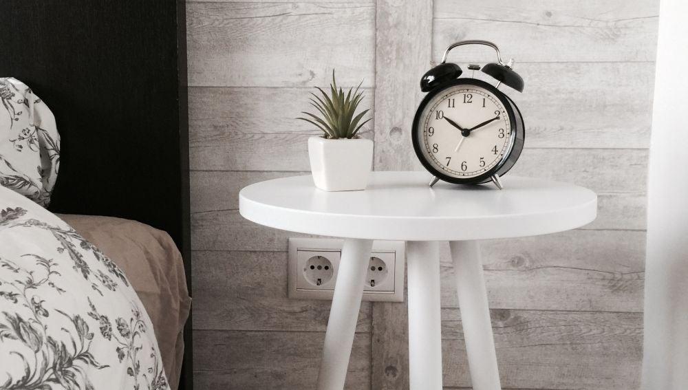 mesa con un reloj