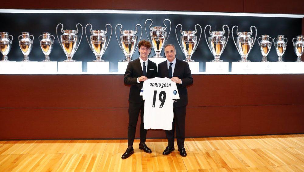 Álvaro Odriozola posa junto a Florentino Pérez con su nueva camiseta