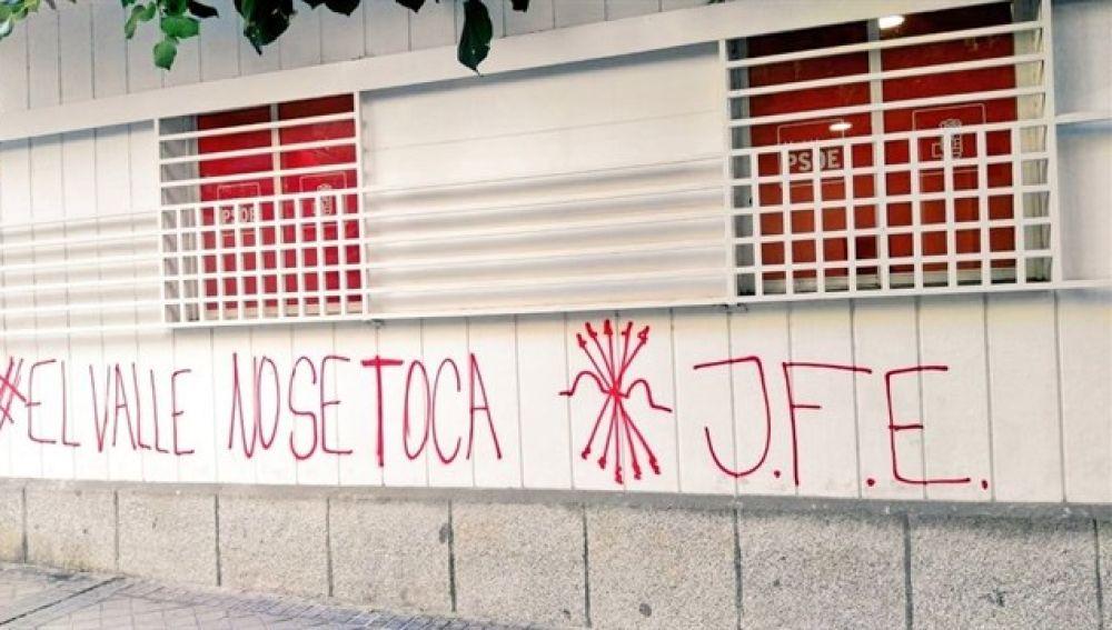 Pintadas falangistas en la sede del PSOE