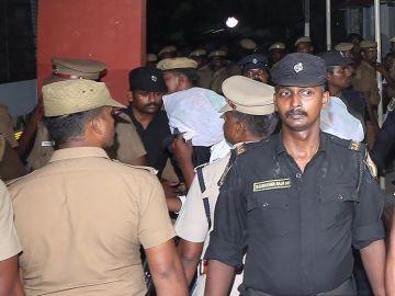 Policía evitando que la gente agreda a un violador en La India