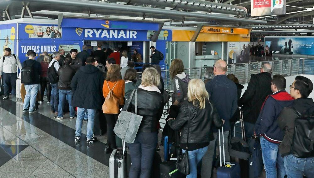 Imagen de archivo de pasajeros haciendo cola en una ventanilla de la compañía aérea Ryanair