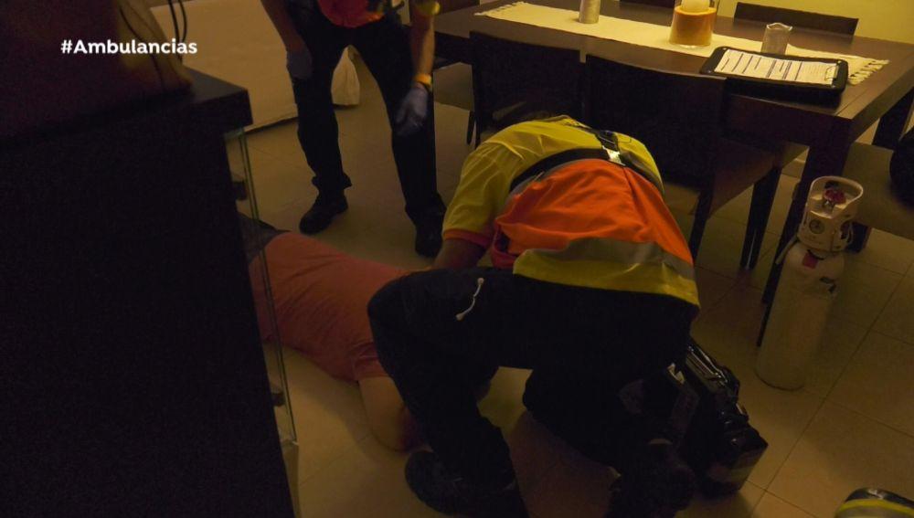 Ambulancias se encuentra a un señor en el suelo