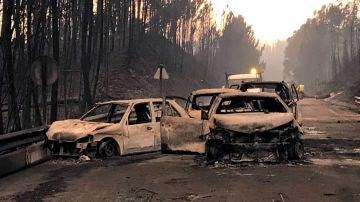 Coches quemados en una carretera local cerca de Pedrógão Grande