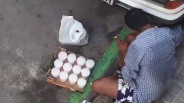 Un vendedor ambulante prepara mojitos en la calzada