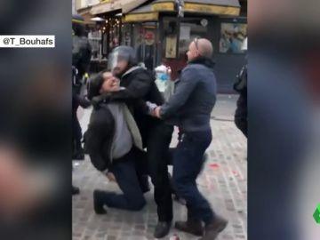Macron, cuestionado después de que uno de sus asistentes agrediera a un manifestante