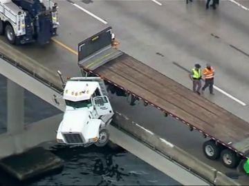 Un camión suspendido en un puente en Florida
