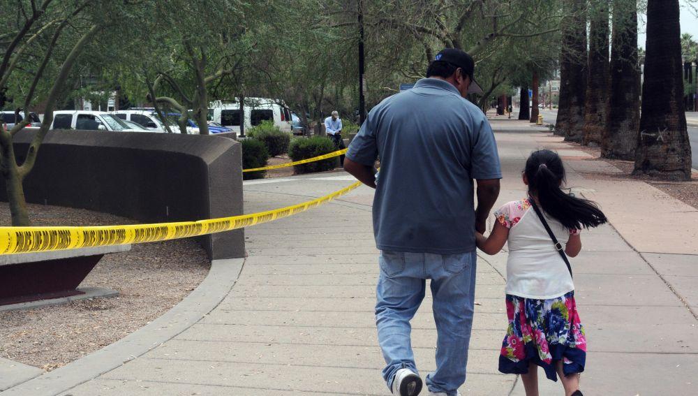 Un hombre camina junto a su hija tras salir de la Oficina de Control de Inmigración y Aduanas