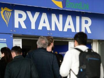 Personas haciendo cola en un mostrador de Ryanair (Archivo)