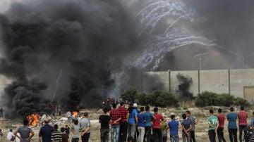 Manifestantes palestinos enfrentan ataques de tropas israelíes este 20 de julio de 2018