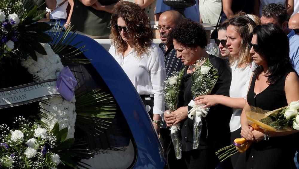 Vecinos de Pilas despiden a tres de los asesinados en incendio de Francia