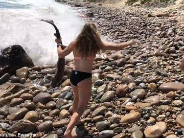 Ali capturando al tiburón en las rocas