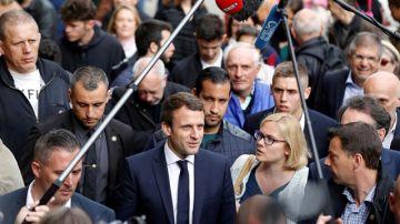Imagen de Macron y su guardaespaldas