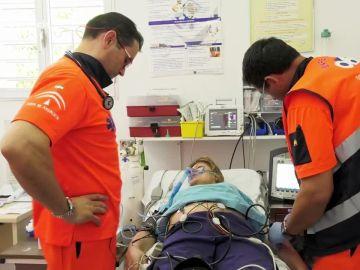 El servicio de Ambulancias atiende a una mujer que ha sufrido una arritmia