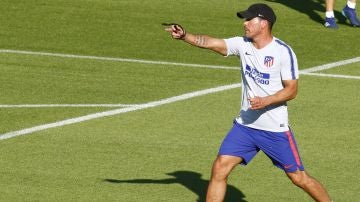 Simeone en un entrenamiento con el Atlético de Madrid