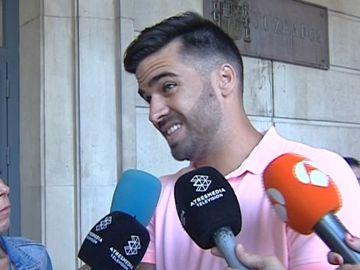 El guardia civil de 'La Manada' en las inmediaciones del juzgado de Sevilla