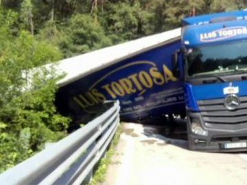 Un camión vuelca en Barcelona