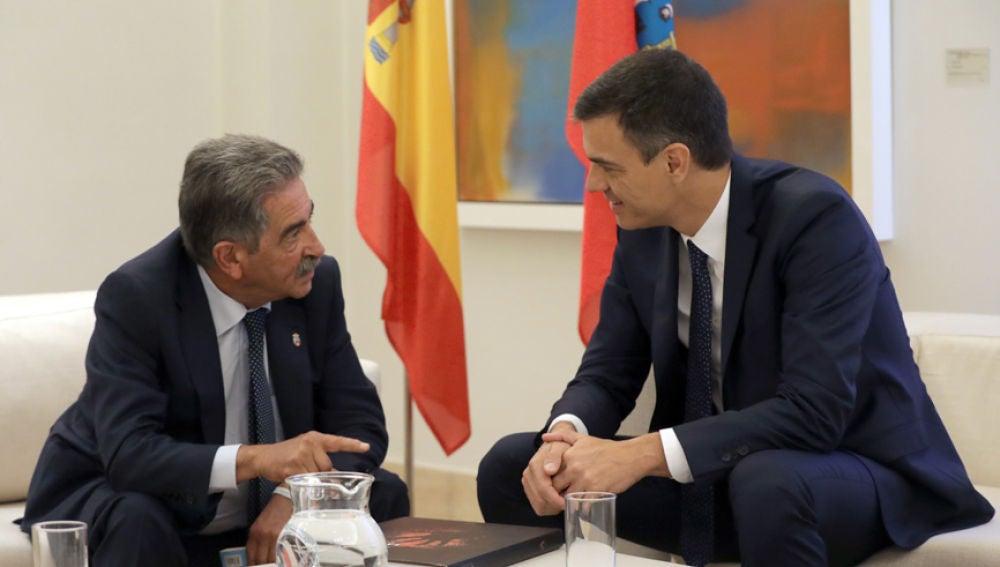Miguel Ángel Revilla y Pedro Sánchez durante una reunión en La Moncloa