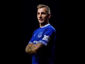 Lucas Digne posa con la camiseta del Everton