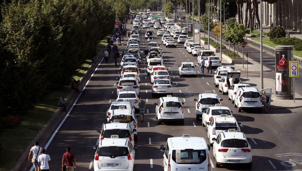 Las protestas de los taxistas contra la proliferación de licencias VTC mantienen bloqueado el Paseo de la Castellana
