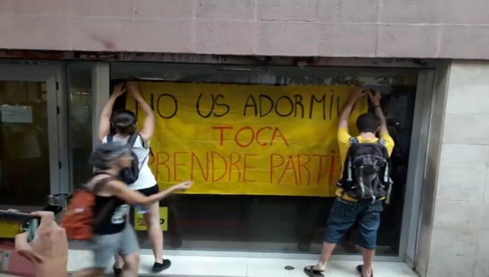 """Los CDR se concentran delante de la sede de la CUP al grito de """"sin desobediencia no hay independencia"""" para pedir que """"tumben"""" al Govern"""