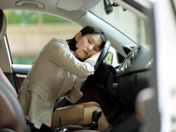 ¿Legal o ilegal dormir en el coche?